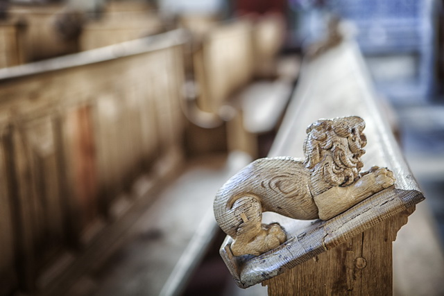 Leeuwtjes op de kerkbanken