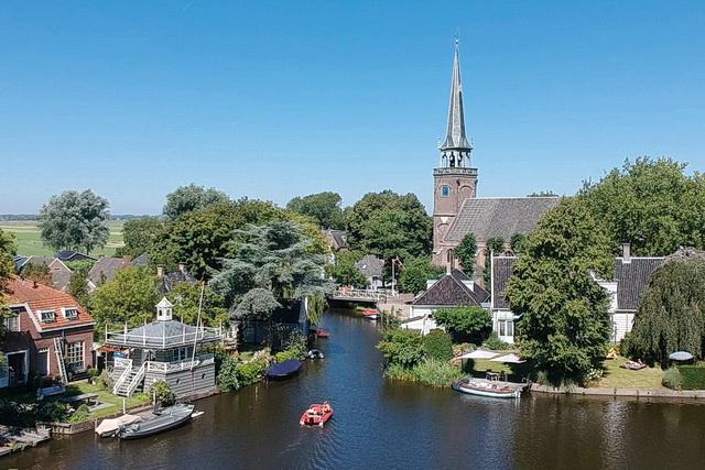 De Broeker Kerk vanuit de lucht